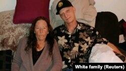 مایکل وایت به همراه مادرش