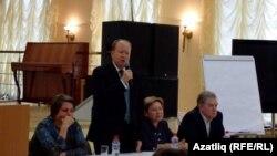 Удмуртия халыклары ассамблеясенең шура рәисе Алексей Загребин чыгыш ясый