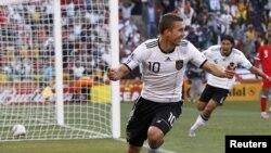 Lukas Podolski hesabı artırır.