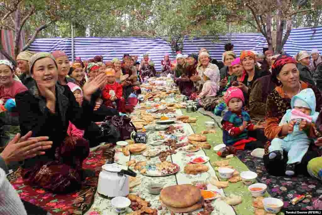 Дружно всей многочисленной родней и соседями празднуем суннет-той.