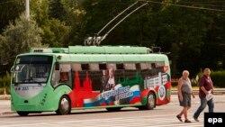 Ресейшіл ұран жазылған троллейбус. Молдованың сепаратистік Приднестровье аймағының орталығы Тирасполь қаласы, 14 маусым 2014 жыл.