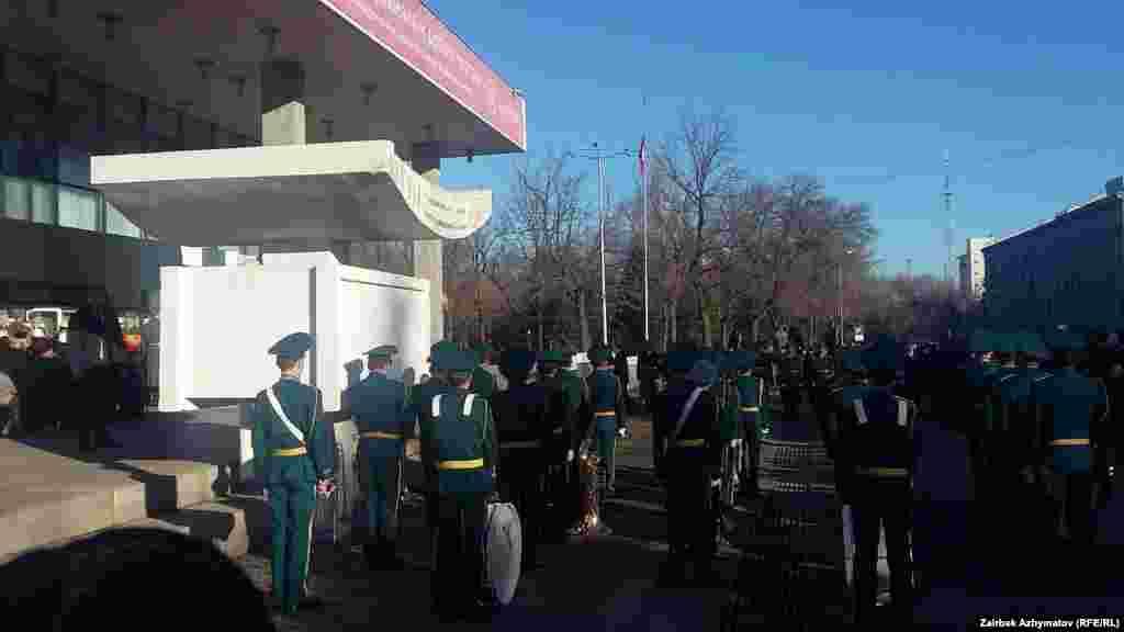 Президент Алмазбек Атамбаевдин буйругу менен мамлекет башчынын фондунан Сооронбай Жусуевдин үй-бүлөсүнө материалдык жардам катары 100 миң сом бөлүнгөн.