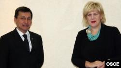 ÝHHG-niň metbugat azatlygy boýunça wekili Dunýa Miýatowiç (sagda) Türkmenistanyň wise-premýeri, ýurduň daşary işler ministri Raşit Meredow bilen duşuşýar, Aşgabat, 19-njy sentýabr, 2011-nji ýyl.