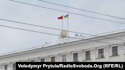 На 9 травня закон іще не набув чинності, але червоні прапори вже вивішували. На фото – Рада міністрів Криму 9 травня 2011 року