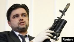 Советник главы СБУ Марьян Лубкивский демонстрирует оружие задержанных в Луганской области российских военных