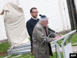 Холокост зұлматының куәгері 83 жастағы Генри Задженвергиер құрбандарды еске алуға арналған жиында сөйлеп тұр. Эстония, Таллинн, 2 маусым 2010 жыл.