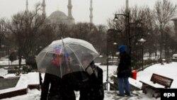 Көк мешіттің алдында келе жатқан мұсылман түрік қыздар. Стамбул, 23 қаңтар 2010 жыл.