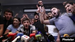Armenia - Protesters disrupt a news conference that was due to be held in Yerevan by former President Robert Kocharian, 14 August 2018.