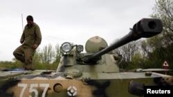 به گفته رویترز نظامیان اوکراین از سلاح سنگین و تانک استفاده کردهاند (در تصویر یک سرباز اوکراینی)