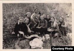 Старшеклассницы Ангренской школы №2 на уборке хлопка, Бейе Ильясова 2-я справа. Узбекистан, вторая половина 1950-х годов
