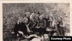 Старшокласниці Ангренської школи №2 на збиранні бавовни, Бейє Ільясова 2-а праворуч. Узбекистан, друга половина 1950-х років