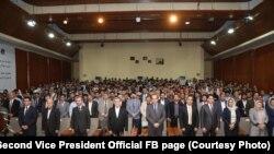 سرور دانش معاون دوم ریاست جمهوری افغانستان میان استادان و محصلین در یک نشست علمی در پوهنتون کابل