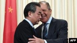 Міністр закордонних справ Росії Сергій Лавров (п) і голова МЗС Китаю Ван Ї на переговорах у Москві, травень 2017 року