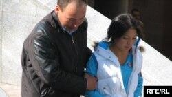 Полицейский задерживает казахскую студентку во время акции протеста перед парламентом. Астана, 9 сентября 2009 года.