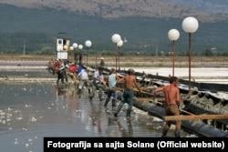 Ulcinjska Solana obuhvata oko 14,5 kilometara slanih bazena na krajnjem jugu Crnogorskog primorja
