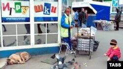 Россию спасет подкормка конечного потребителя, уверен депутат Исаев (за кадром) с группой товарищей