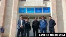 Techno Trading LTD компаниясының наразы жұмысшылары аштық жариялайтындары туралы арыздарын Мұнайлы аудандық әкімдігіне әкелді. Маңғыстау облысы, Мұнайлы ауданы, 13 сәуір 2016 жыл.