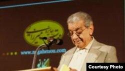 عزتالله فولادوند، مترجم نامی ایران، در مراسم اهدای جوایز مهتاب میرزایی