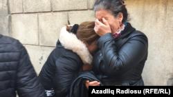 Jurnalisti döyüb öldürənlərin yaxınları hökmdən sonra- [Fotolar]