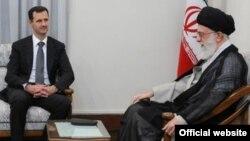 Сирия президенті Башар әл-Асад (сол жақта) пен Иран көсемі Аятолла Әли Хаменеи. Иран, қазан айы, 2010 жыл.