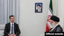 آيت الله علی خامنه ای در ديدار با بشار اسد، رييس جمهوری سوريه، در جريان سفر مهر ۱۳۸۹ وی به تهران