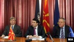 """Прес-конференција на Министерот за надворешни работи Никола Попоски и членови на неформалната група во ЕП """"Пријатели на Македонија"""" во Скопје."""