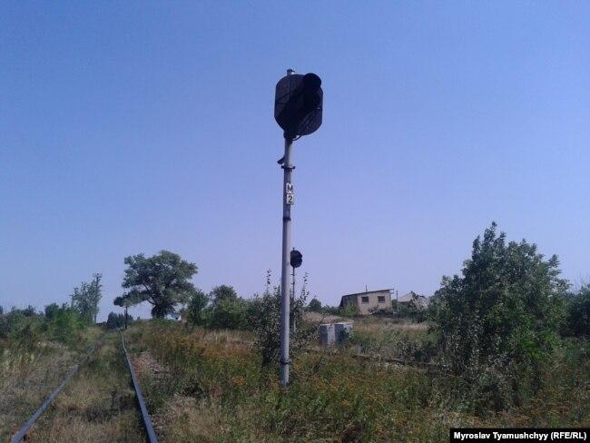 Залізнична станція Воскресенська із згаслими світлофорами, через яку поставляють антрацитове вугілля