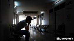 Мужчина в больничном коридоре. Иллюстративное фото.