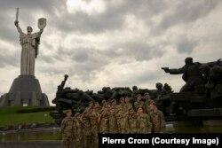 Киев, Украина – Кадеты из украинского военного училища на экскурсии к мемориалу в память о Великой Отечественной войне