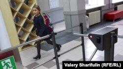 Турникет в российской школе, архивное фото