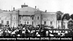 تظاهرات مردم در مقابل مجلس شورای ملی. در این ساختمان، نفت ایران با رای نمایندگان و تایید سناتورها، ملی شد.