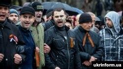 Учасники проросійської акції на Алеї Слави у Запоріжжі, 13 квітня 2014 року