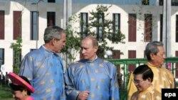 Джордж Буш с Владимиром Путиным на саммите АТЭС в Ханое