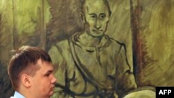 Полицейский перед картиной Константина Алтунина