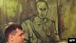 Полицейский у портрета Владимира Путина кисти Константина Алтунина (Музей власти, Петербург)