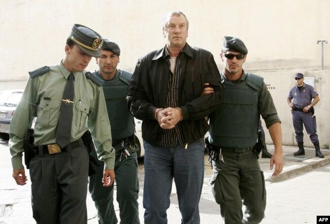 """Геннадий Петров, предполагаемый """"авторитет"""" из Тамбовской ОПГ, доставлен в испанский суд. Фото 2008 года"""