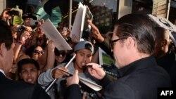 Брэд Питт раздает автографы на премьере фильма Maleficent 28 мая 2014 года