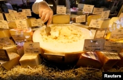 С изобилием импортной сырной продукции российские магазины распрощались