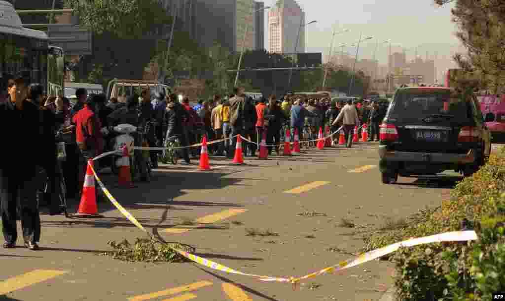 Один человек погиб, восемь получили ранения в результате серии взрывов, прогремевших 6 ноября у регионального штаба Компартии Китая в городе Тайюань в северной провинции Шаньси. Позднее китайские власти сообщили о задержании подозреваемого в организации взрывов – 41-летнего Фэн Чжицзюня.