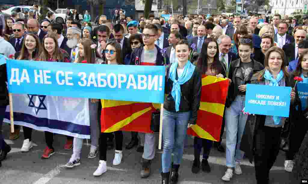 МАКЕДОНИЈА - Со Марш на живите и со говори и положување цвеќе во зградата на Монополот во Скопје беа одбележани 75 години од холокаустот. Бугарскиот премиер Бојко Борисов е прв политичар од таа земја кој дојде во Македонија на одбележувањето на депортацијата во Треблинка. Тој на новинарско прашање дали ќе се извини повтори дека му се поклонува на бугарскиот народ за спасените Евреи, а другото го нарече пропаганда.