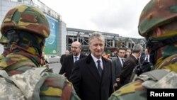 Бельгійський прем'єр-міністр Шарль Мішель (ліворуч) та король Бельгії Філіп I біля аеропорту Брюсселя. 23 березня 2016 року