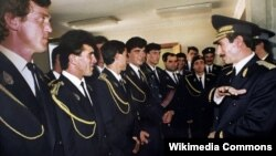 Джохар Дудаев среди чеченских гвардейцев (Wikipedia Commons)