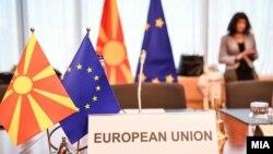 Македонско знаме и знамето на ЕУ