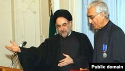 ناصر کاتوزیان پس از گرفتن نشان از محمد خاتمی