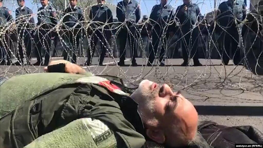 Активіст опозиції Вардгес Гаспарі протестує щодо призначенняекс-президента Вірменії, лідера правлячої Республіканської партії Вірменії (РПА) Сержа Сарґсяна новим прем'єр-міністром