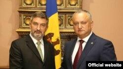 Артур Міхальскі (зьлева) і прэзыдэнт Малдовы Ігар Дадон