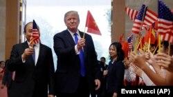 Президент США Дональд Трамп і прем'єр-міністр В'єтнаму Нгуєн Суан Фук у Ханої, 27 лютого 2019 року