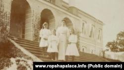 Императрица Александра Федоровна с дочерьми на крыльце Ропшинского дворца