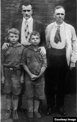 Давид Бурлюк с сыновьями Николаем и Давидом младшим и Владимир Маяковский на крыше нью-йоркского дома семьи Бурлюков