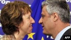 Шефот на дипломатијата на ЕУ, Кетрин Ештон и косовскиот премиер Хашим Тачи при средбата во Брисел